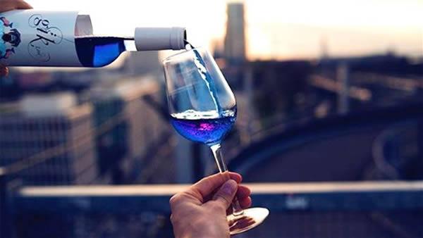 vino di colore blu -